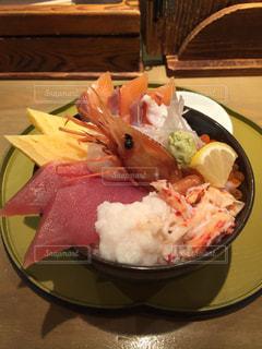 テーブルの上に食べ物のプレート - No.936456