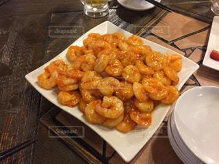 テーブルの上に食べ物のプレートの写真・画像素材[936472]