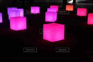 暗い部屋で紫色の光の写真・画像素材[1755126]