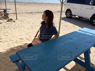ビーチに座っている女性の写真・画像素材[936673]