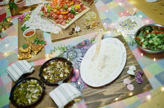 皿の料理とテーブル - No.937538