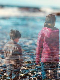 海辺の姉弟の写真・画像素材[945468]
