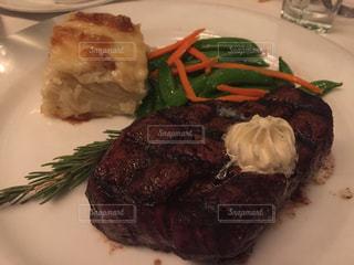 肉と野菜をトッピング白プレートの写真・画像素材[957528]