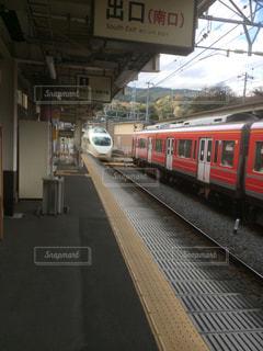 赤と白の列車駅に引いての写真・画像素材[938881]