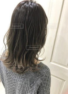 女性の後ろ姿の写真・画像素材[1263891]
