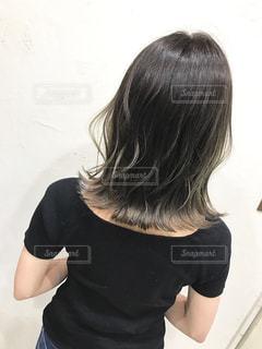 黒の t シャツの人の写真・画像素材[1265353]