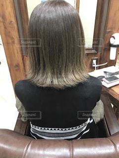 女性の後ろ姿の写真・画像素材[1511370]