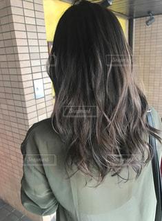 女性の後ろ姿の写真・画像素材[1511371]