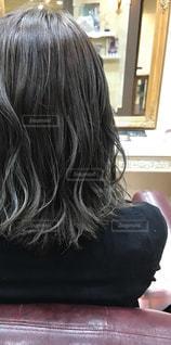 女性の後ろ姿の写真・画像素材[1511377]