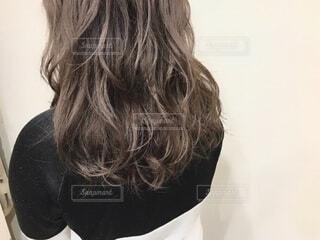 女性の後ろ姿の写真・画像素材[4112831]