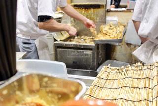 食品を準備するキッチンで料理人の写真・画像素材[939084]