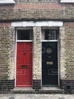 レンガ。赤と黒の扉。の写真・画像素材[939337]