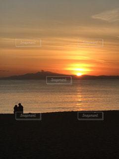 水の体に沈む夕日の写真・画像素材[953416]
