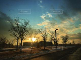 街に沈む夕日の写真・画像素材[939446]