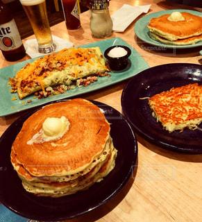 テーブルの上に食べ物の写真・画像素材[940206]