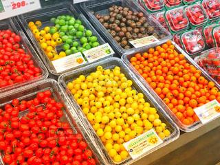 スーパーのカラフルトマトの写真・画像素材[942068]