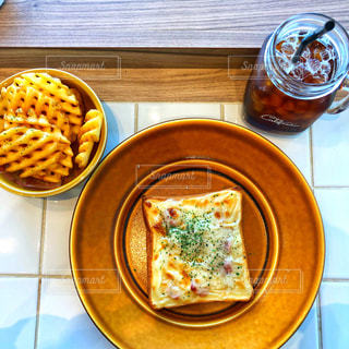 チーズトーストとワッフルポテトのランチセットの写真・画像素材[1061000]