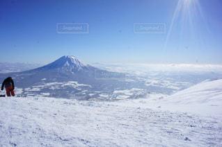 雪の覆われた斜面の上に立っている人の写真・画像素材[1219797]