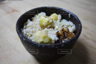 板の上に食べ物のボウルの写真・画像素材[1503557]