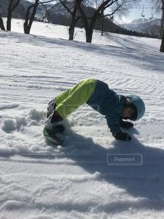 雪をスノーボードに乗る男覆われた斜面の写真・画像素材[971492]