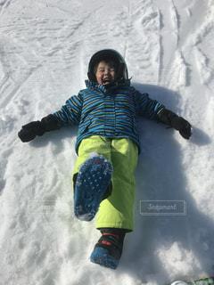 雪をスノーボードに乗る男覆われた斜面の写真・画像素材[971493]