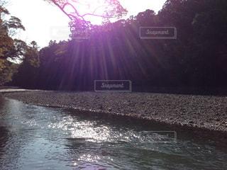 湖の前に立っている男の写真・画像素材[945842]