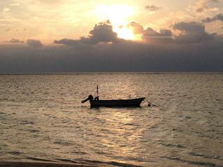 夕陽に染まる舟の写真・画像素材[957356]