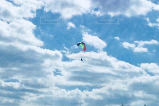 空飛ぶ人の写真・画像素材[968890]