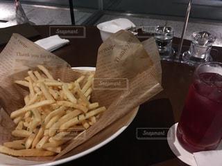 皿にフライド ポテトのバスケットの写真・画像素材[940867]