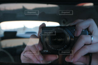 写真を撮っている人を車内撮影の写真・画像素材[940877]