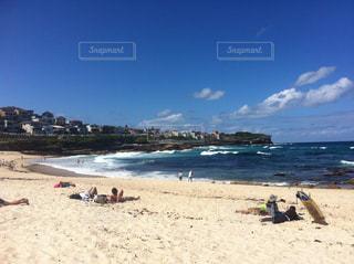 砂浜のビーチで横になっている人々 のグループ - No.942487