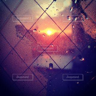 雨の中の光の写真・画像素材[941194]