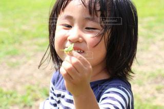 バッタを持つ女の子の写真・画像素材[941293]