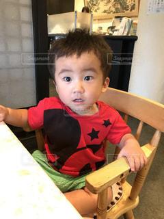 テーブルの上に座って男の子の写真・画像素材[941302]