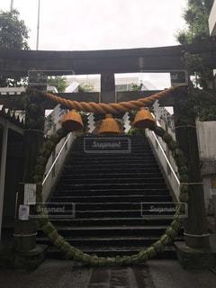 雨の神社の写真・画像素材[2253749]