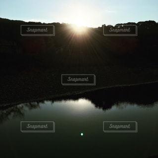 五十鈴川から昇る朝日の写真・画像素材[941406]