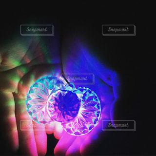 手の中に光るライトの写真・画像素材[941696]