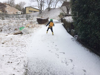 雪を歩く子ども - No.954018