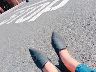 STOPという文字と道路に座っている女性の写真・画像素材[941546]