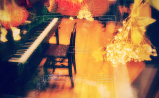 窓ガラスに映るピアノ - No.950905
