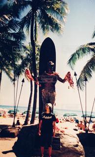 ヤシの木の前に立っている人の写真・画像素材[960772]