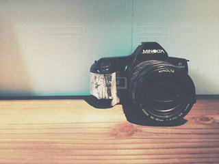 テーブルの上の黒いカメラの写真・画像素材[1010488]
