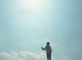 空を飛んでいる人の写真・画像素材[1052205]