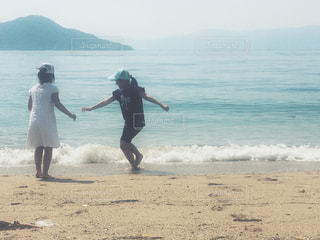砂浜で遊ぶ二人の写真・画像素材[1154094]