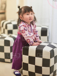部屋に座っている少女の写真・画像素材[947807]