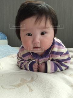 ベッドの上に座っている小さな子供の写真・画像素材[951530]