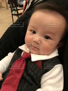 スーツとネクタイを身に着けている赤ちゃんの写真・画像素材[951535]