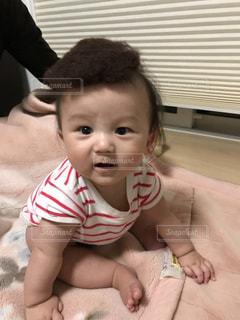 赤ん坊を持っている人の写真・画像素材[1006761]