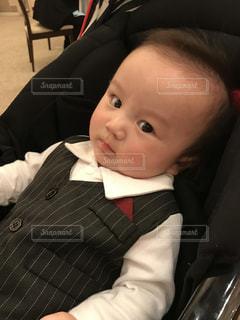 赤ん坊を持っている人 - No.1006765