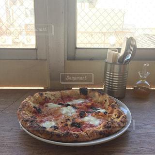 テーブルの上のピザの写真・画像素材[941824]
